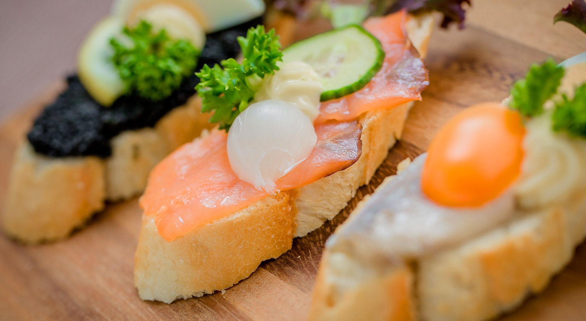 Baguettes mit verschiedenen Fischsorten und Kaviar