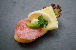 Abbildung von Salami-Käse Brötchen